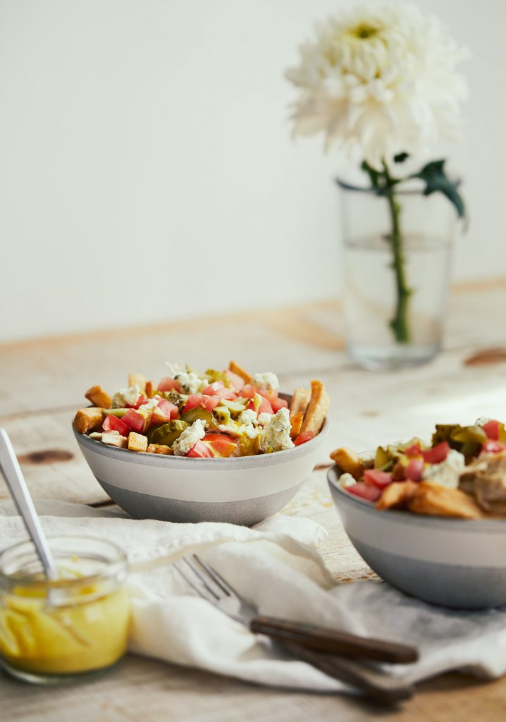 Frites garnies au poulet, aux tomates et aux cornichons & sauce crémeuse au cari