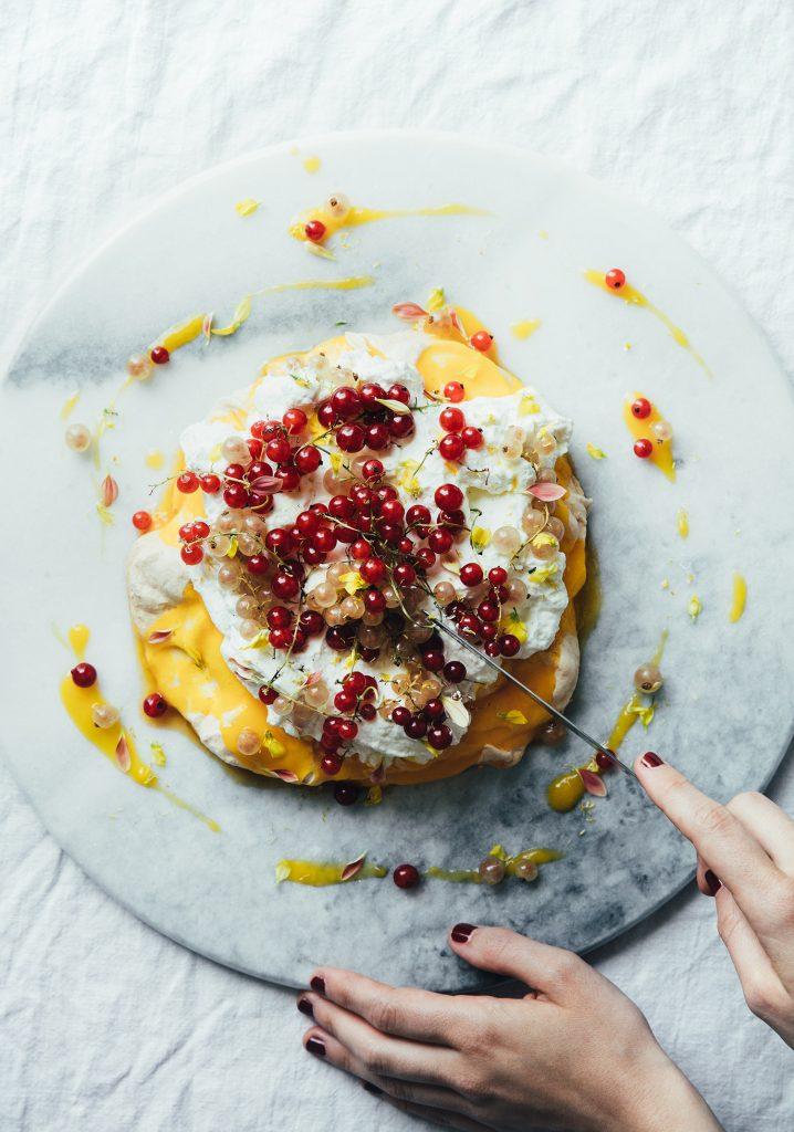 Pavlova aux gadelles, à la mangue & à la vanille