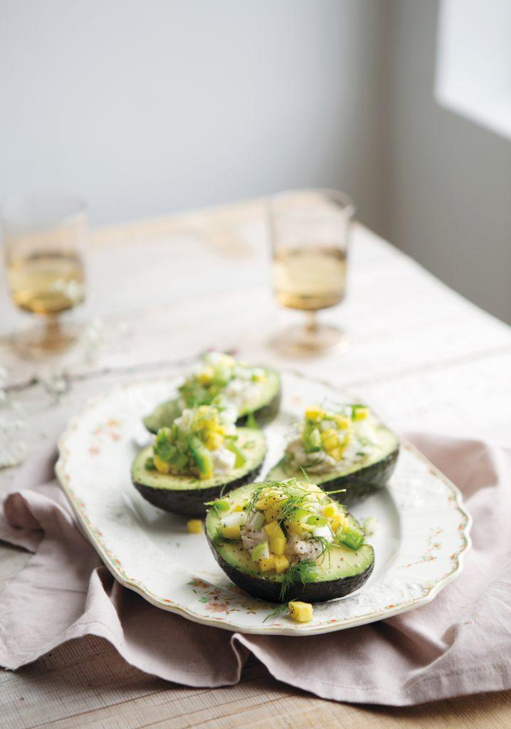 Avocats farcis à la purée de haricots blancs & garniture à la mangue et au fenouil
