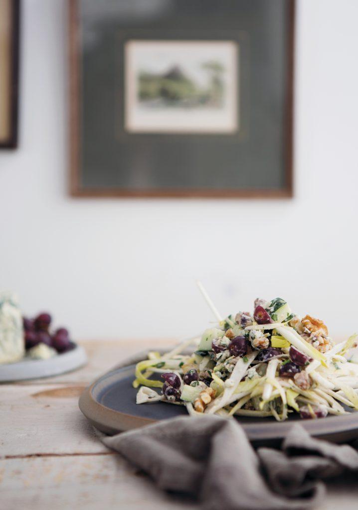 Salade de raisins, concombre, endive, fromage bleu & vinaigrette aux pommes