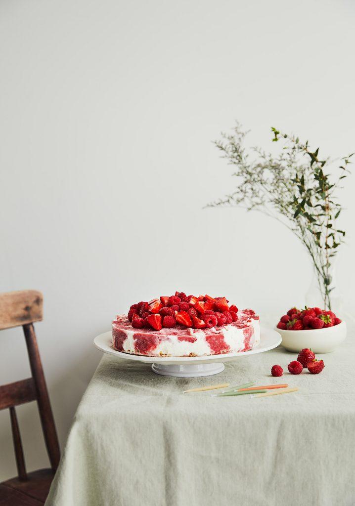 Gâteau à la crème glacée à la vanille, aux fraises & aux framboises