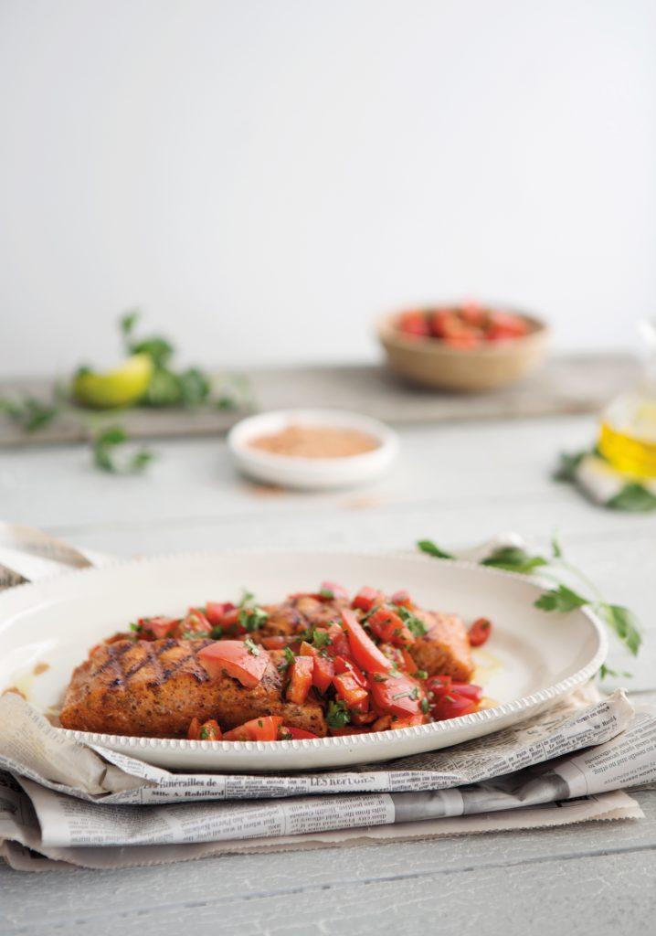 Saumon grillé enrobé d'épices & salade de tomate et de poivron rouge