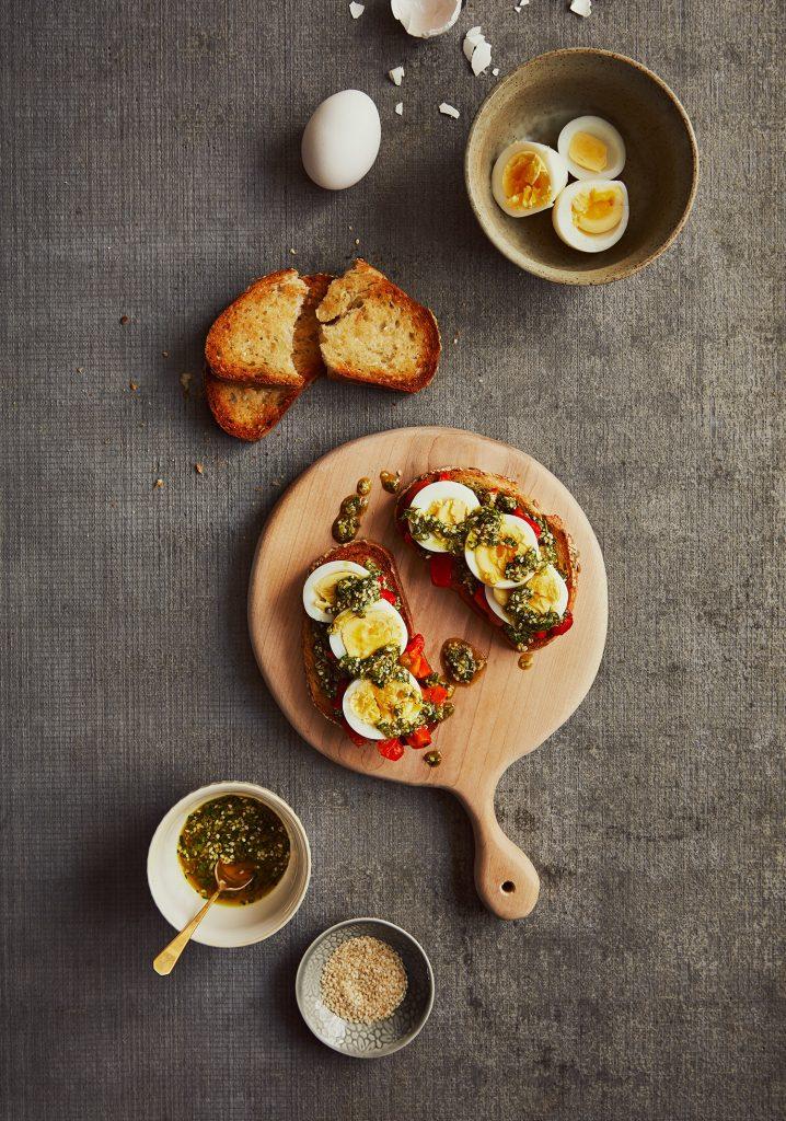 Tartines aux œufs & sauce aux herbes et au cari