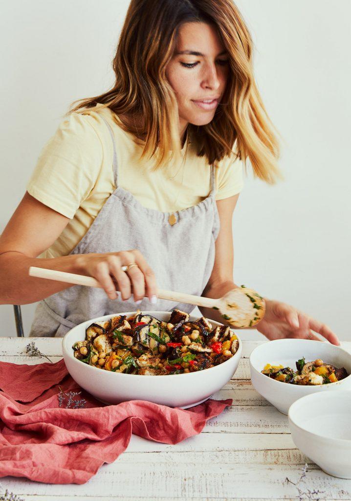 Salade de légumes grillés, pois chiches, croûtons de pain au balsamique & vinaigrette au miso
