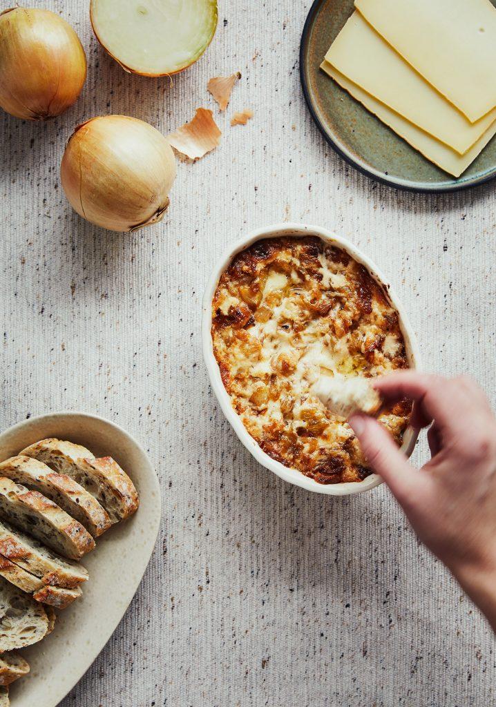 Trempette chaude aux oignons & au fromage à raclette