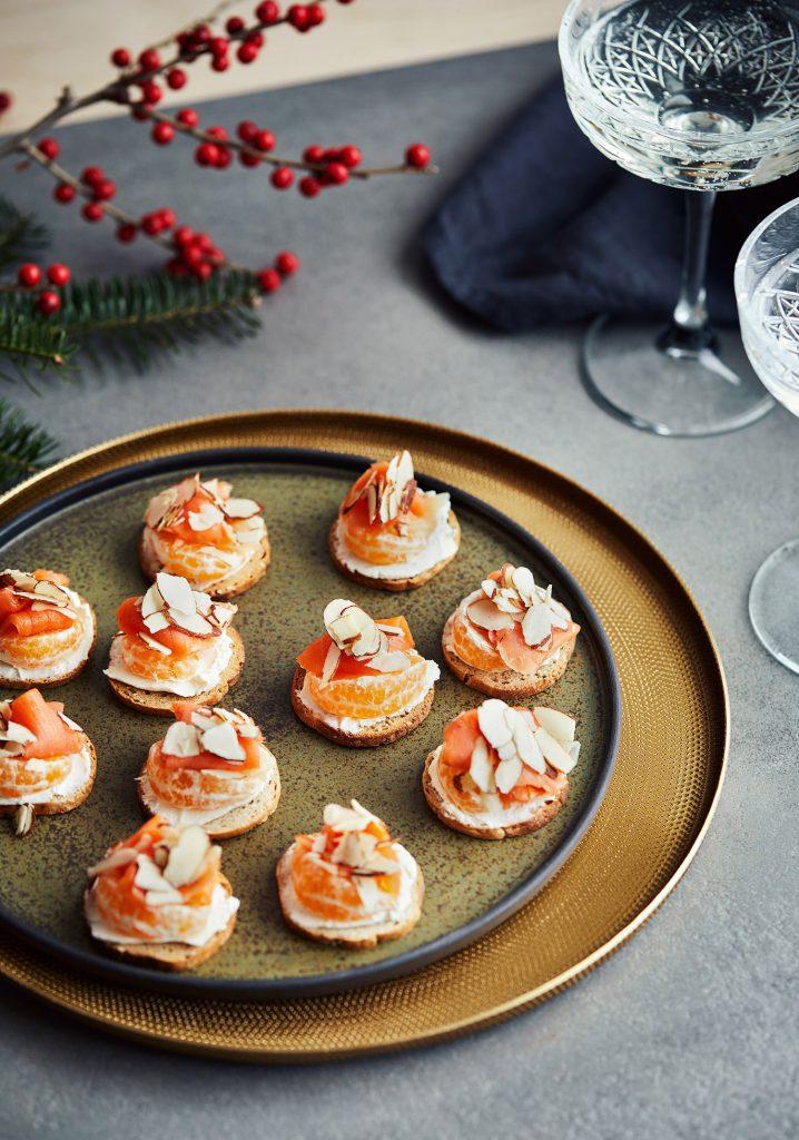 Canapés de saumon fumé au gingembre, aux clémentines & aux amandes