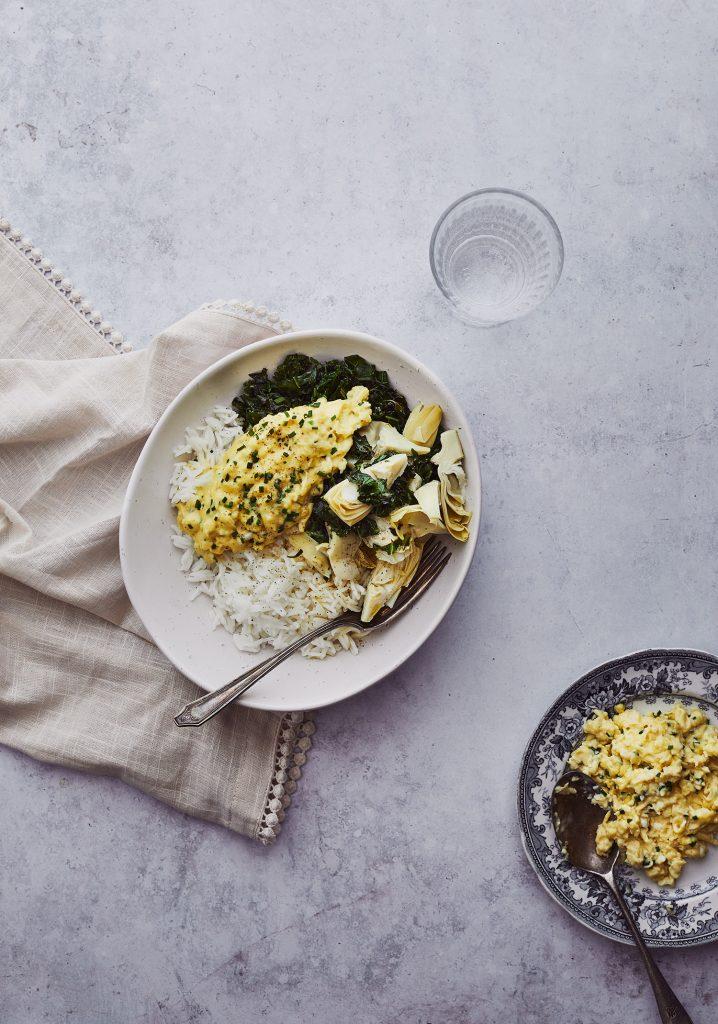 Bol de riz au kale et aux artichauts & œufs brouillés aux herbes