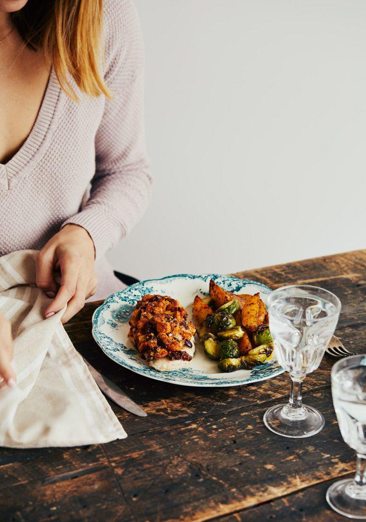 Poulet en croûte de pain, tomates séchées, olives & parmesan