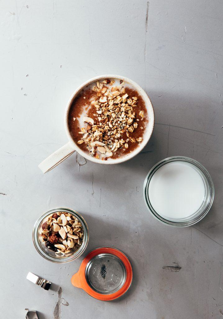 Bol de smoothie à la citrouille et au café latté & garniture de granola
