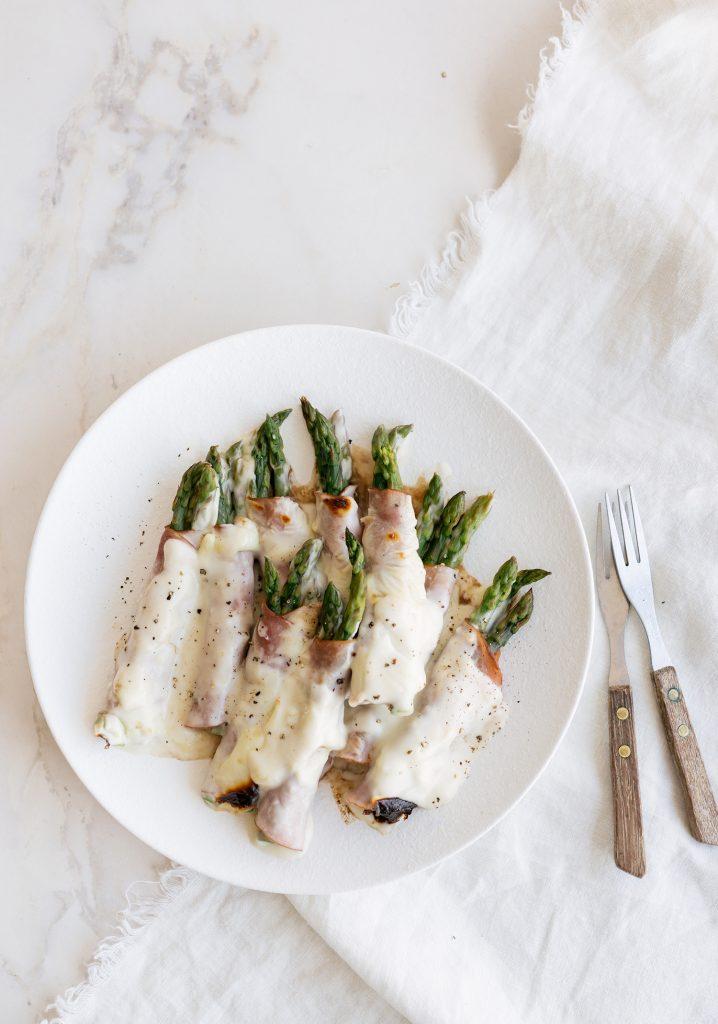 Rouleaux gratinés aux asperges, au vinaigre balsamique & au jambon