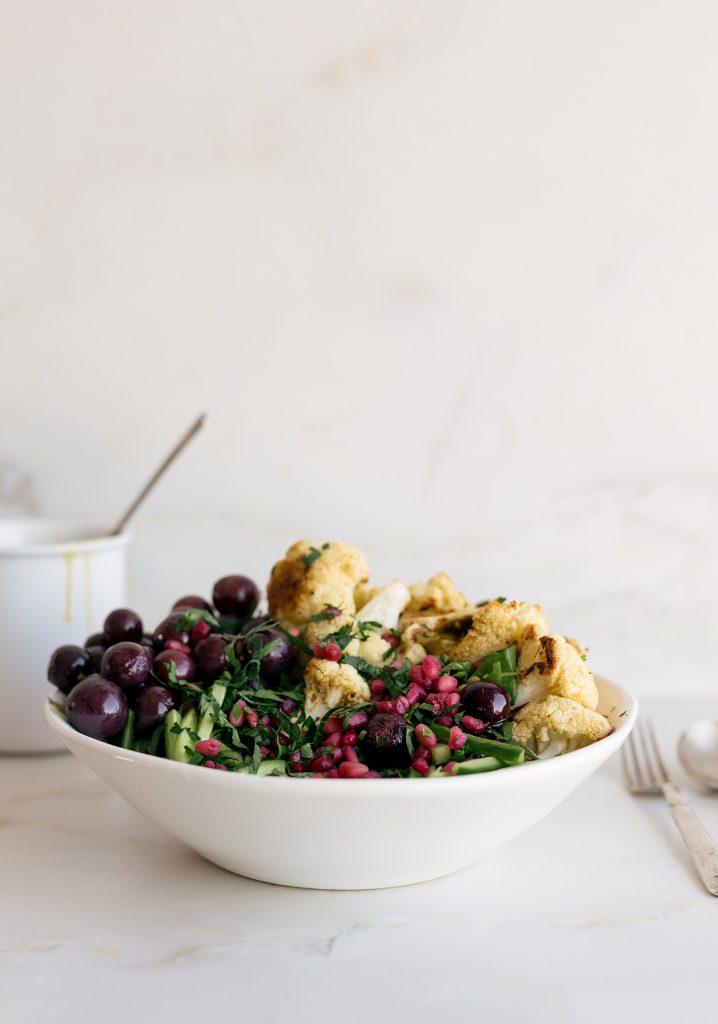 Salade de lentilles, chou-fleur et raisins grillés & vinaigrette au citron et au tahini