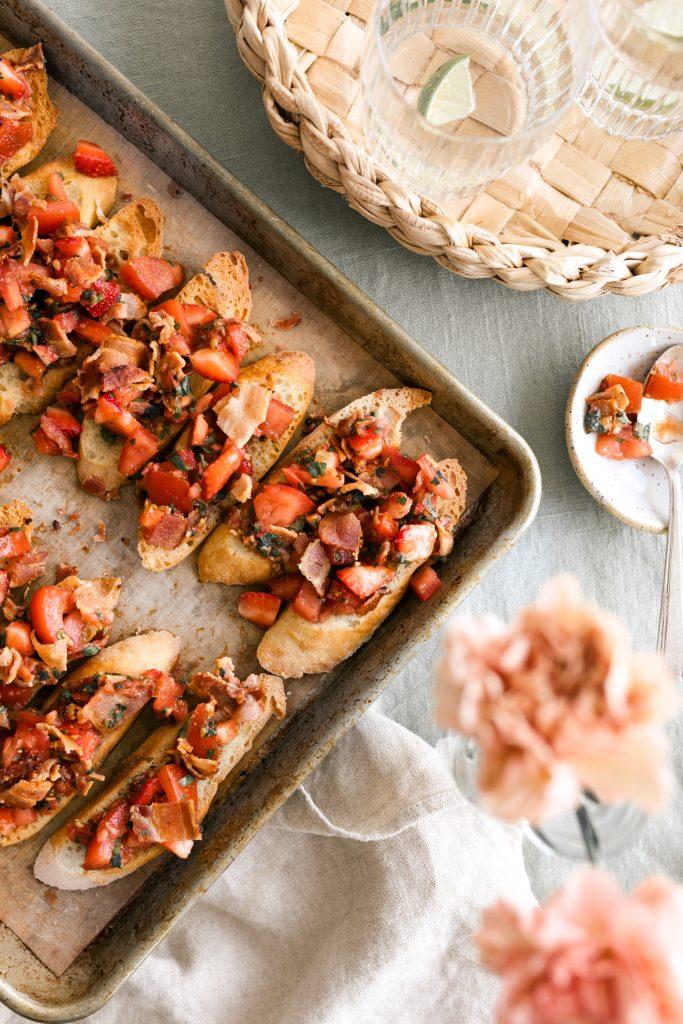 Bruschetta de tomates aux fraises & au bacon