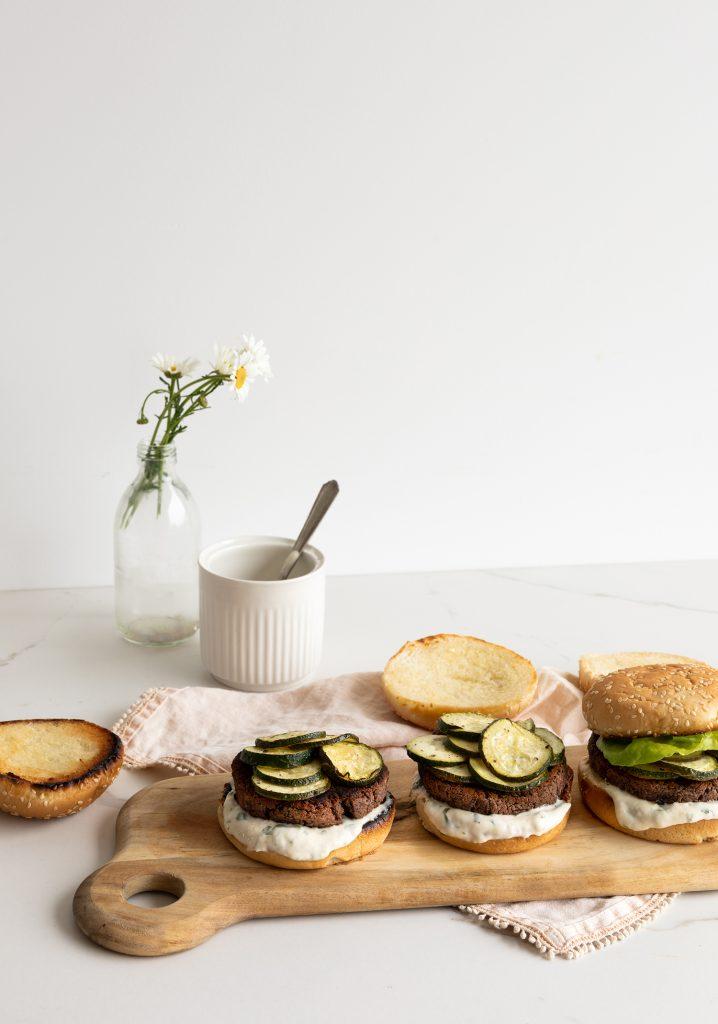 Végéburgers, courgettes grillées & mayonnaise «à la» pesto