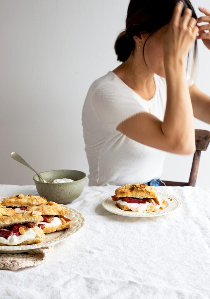 Shortcake à la rhubarbe rôtie & aux amandes