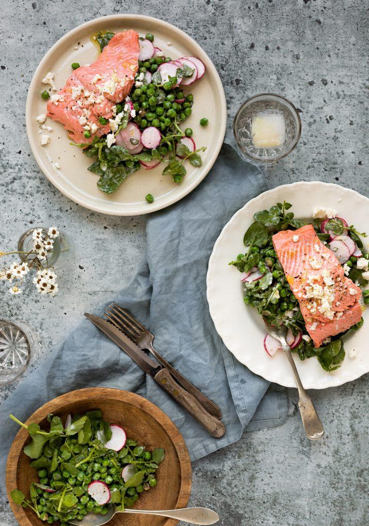 Saumon poché, salade de petits pois au féta et à la menthe & vinaigrette citronnée au yogourt