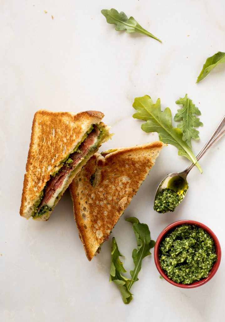 Grilled cheese au salami & au pesto de roquette