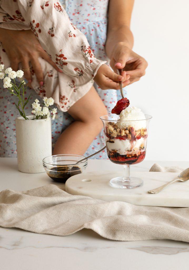 Parfait au yogourt glacé, aux fraises macérées & à la réduction balsamique