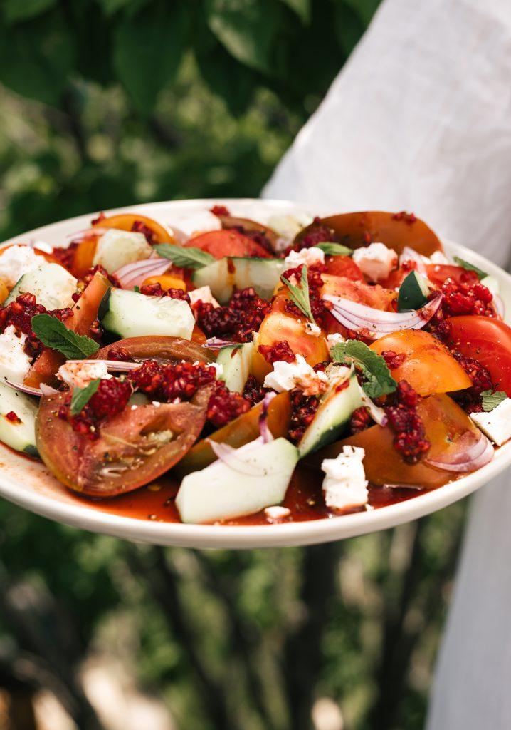 Assiette de tomates, concombre, féta & écrasé de framboises