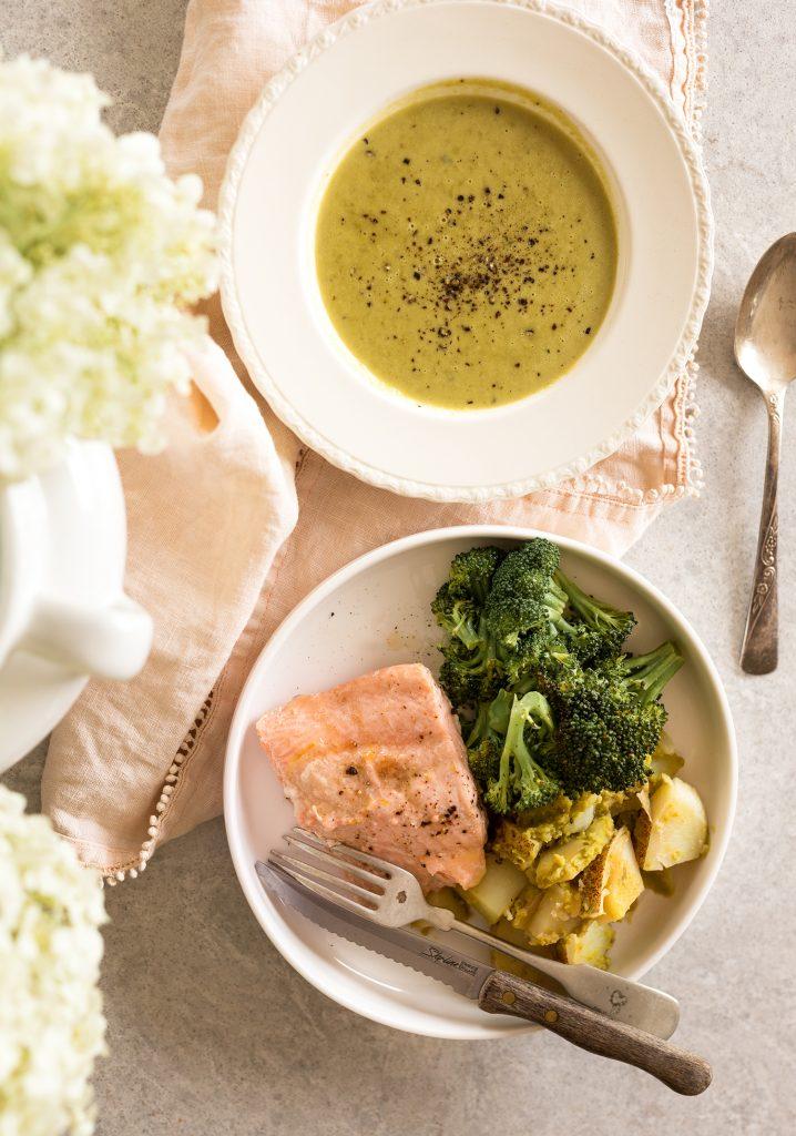 Soupe aux pois et au gingembre, saumon citronné, brocoli & pommes de terre
