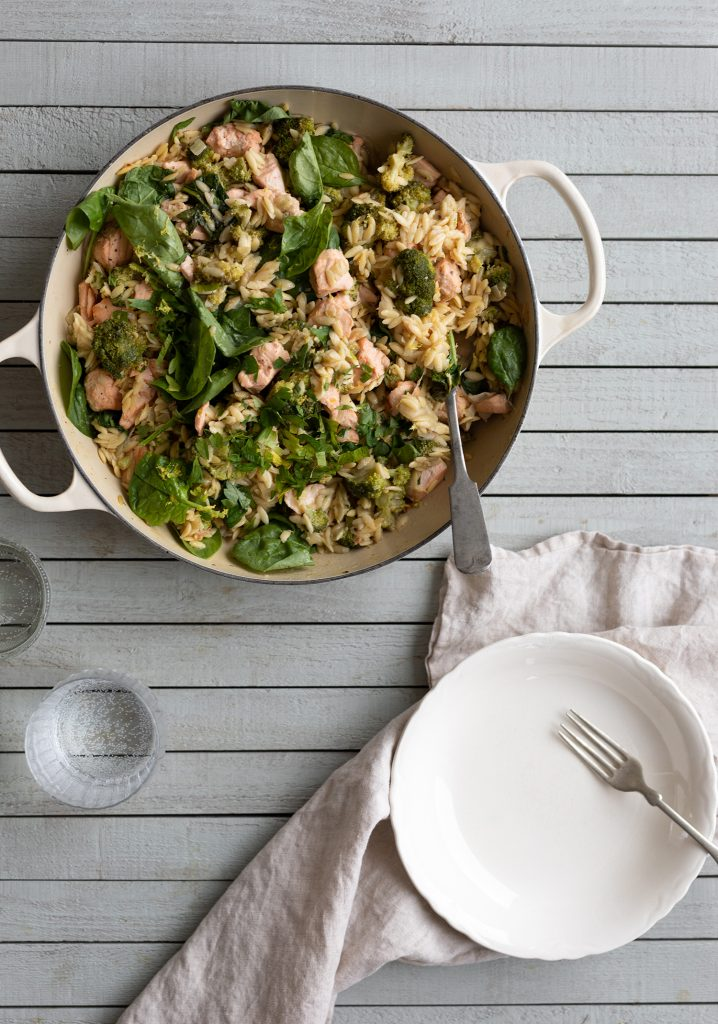 Casserole one pot d'orzo, de saumon & de brocoli au citron