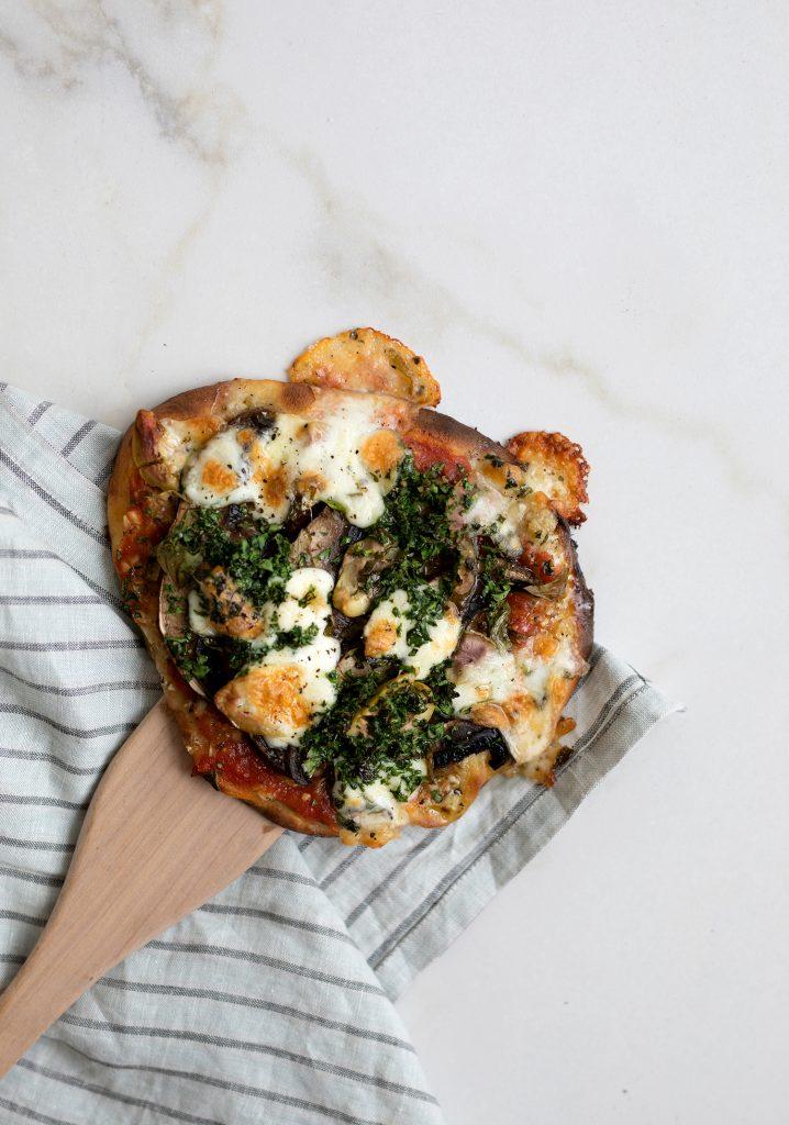 Pizzas sur pains naans à l'huile aux oignons, aux portobellos & aux épinards