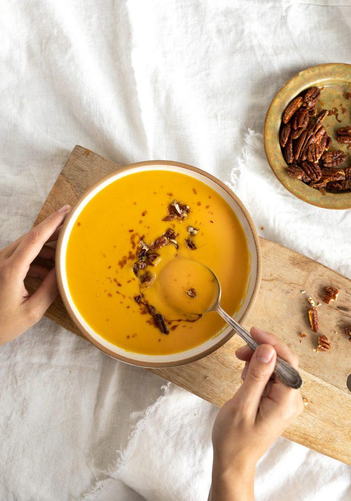 Crème de carottes & garniture de pacanes épicées à l'érable