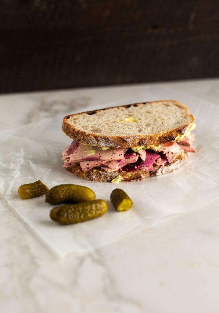 Sandwichs au « smoked meat » de tofu & mayonnaise à la moutarde et aux cornichons