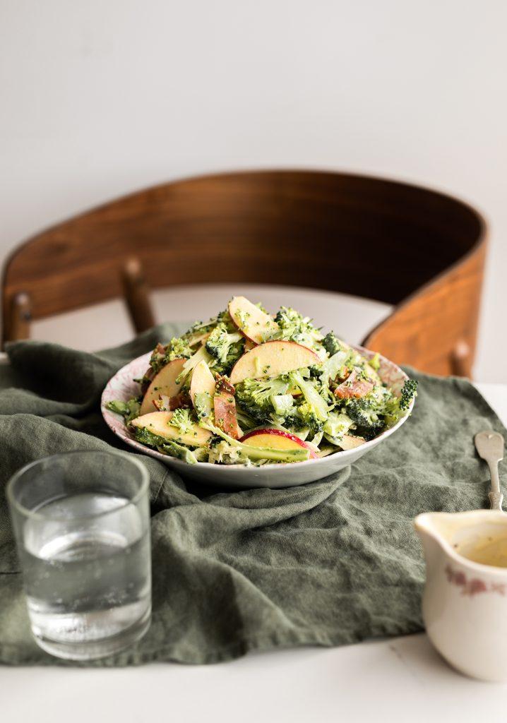 Salade de brocoli crémeuse aux pommes Ariane, au bacon & au cheddar