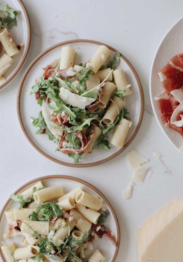 Salade de pâtes aux noisettes, prosciutto & roquette