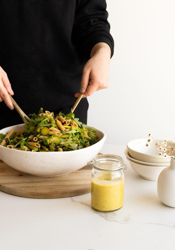 Salade de pâtes aux asperges et aux courgettes & vinaigrette à la moutarde et à l'aneth