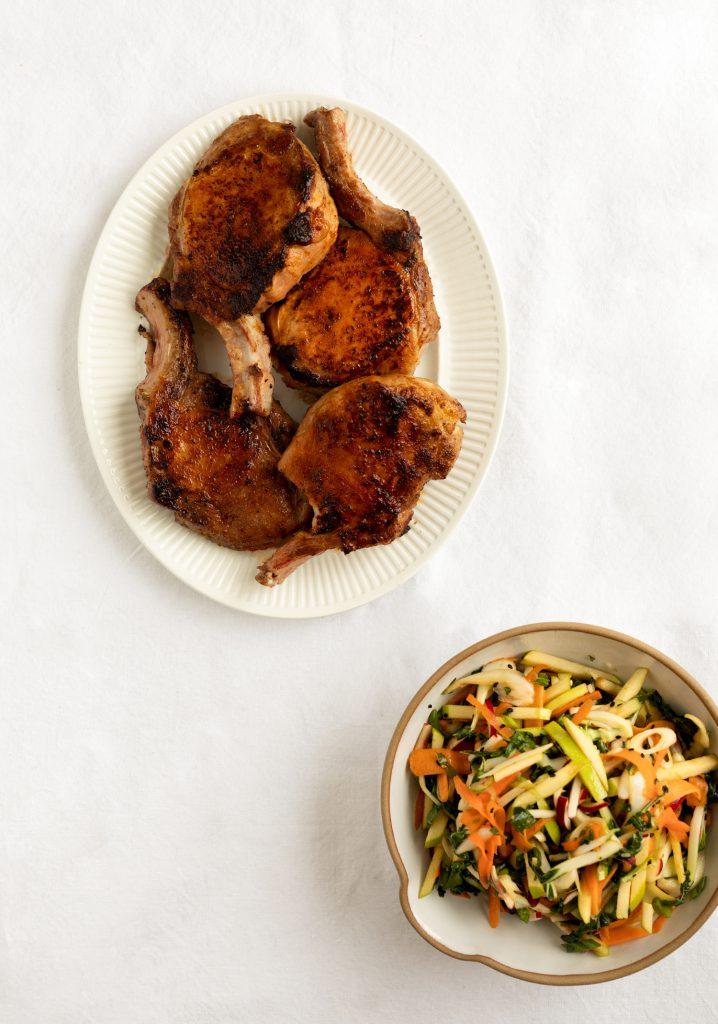 Côtelettes de porc & salade de légumes croquants