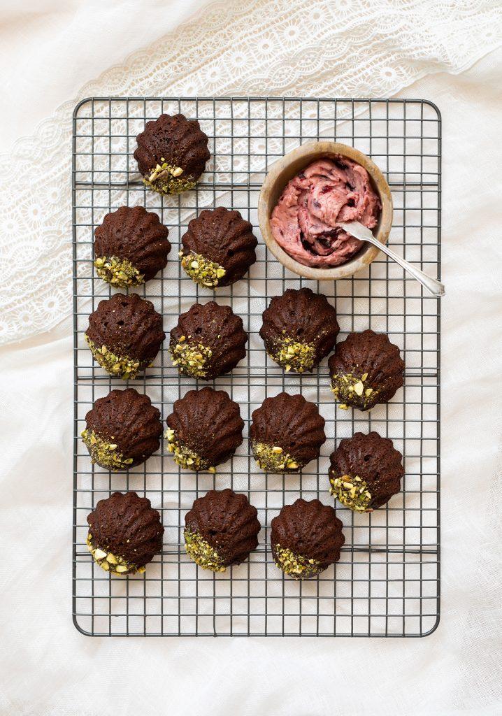 Madeleines au chocolat et aux pistaches & beurre aux cerises