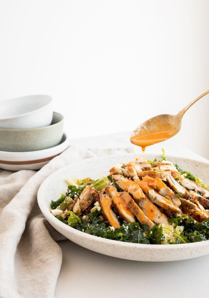 Salade de kale, de poulet grillé & vinaigrette piri-piri