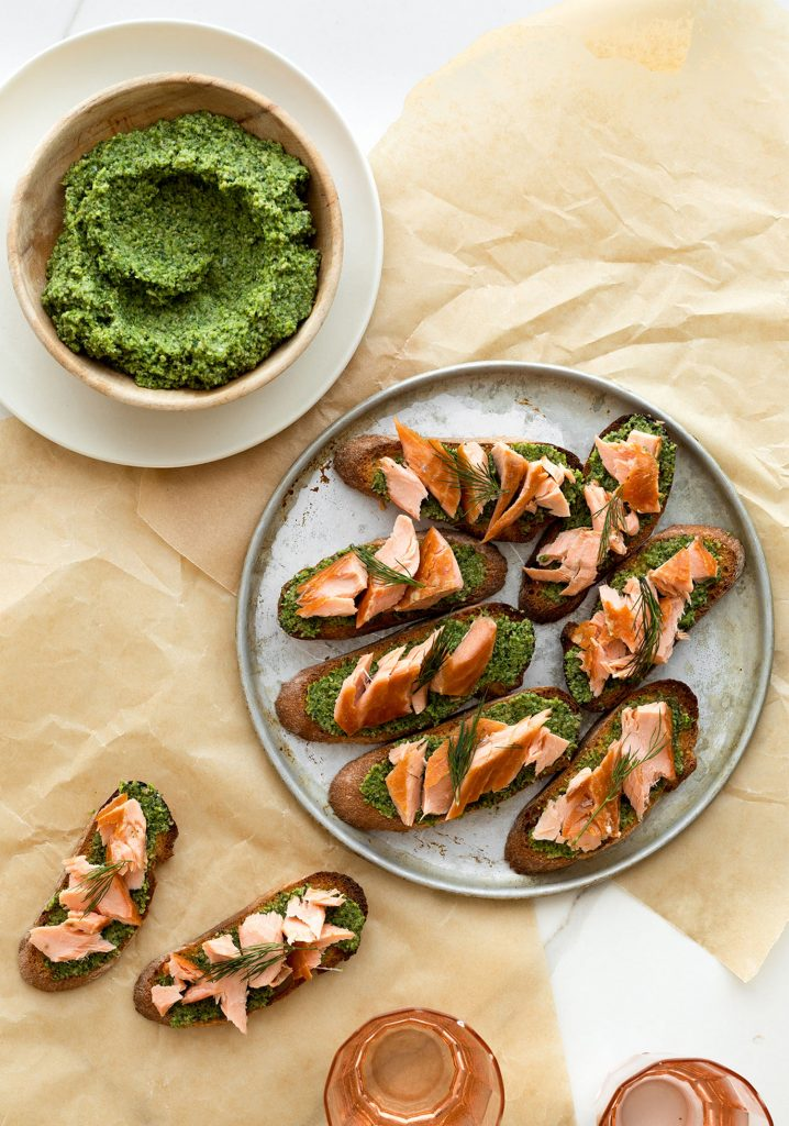 Crostinis au saumon fumé à chaud & au pesto de brocoli