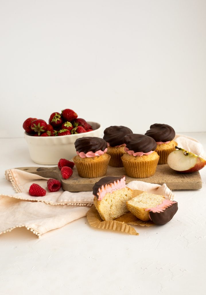 Cupcakes aux pommes, glaçage aux fraises et aux framboises & enrobage chocolaté