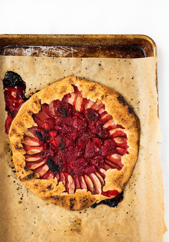 Galette rustique aux fraises, aux framboises, aux pommes & à la cannelle