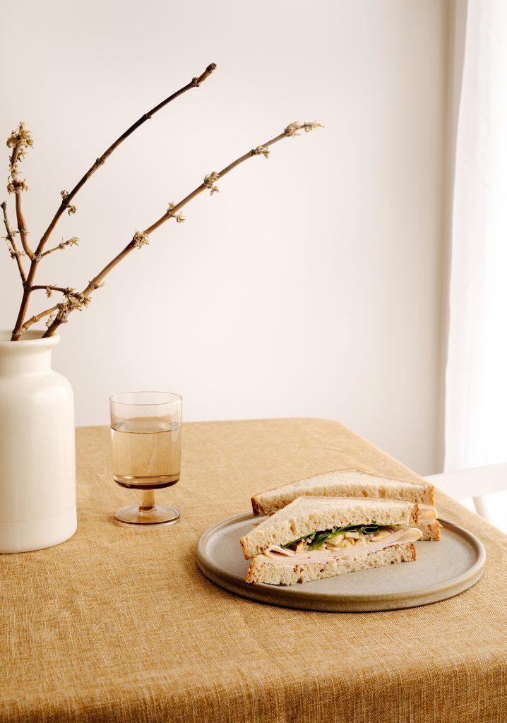 Sandwich à la dinde, aux cœurs d'artichauts & sauce à la moutarde et au miel