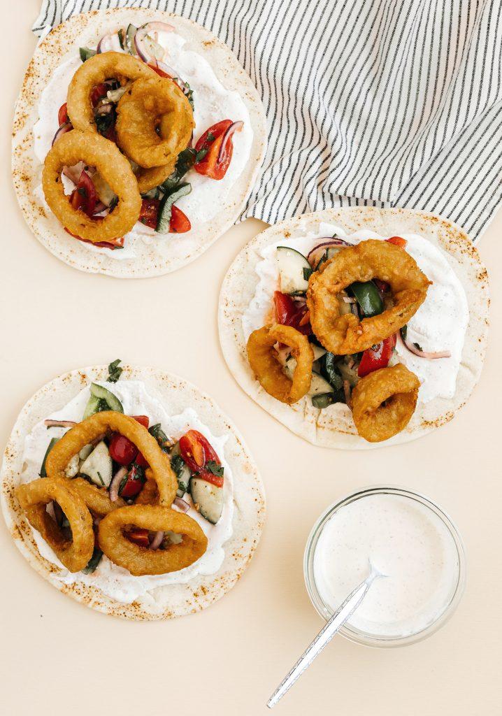 Gyros de rondelles d'oignons & sauce au fromage féta