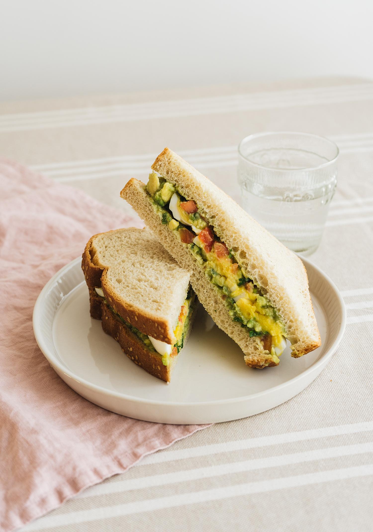 Sandwich aux oeufs & au guacamole épicé