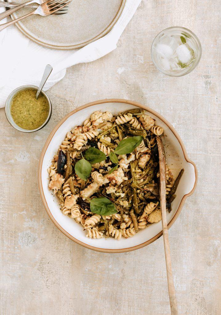 Salade de pâtes aux haricots et au chou-fleur grillé & vinaigrette au pesto de tournesol